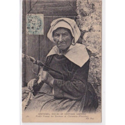 FINISTERE : vieille femme...
