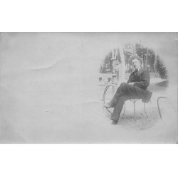 Carte photo - Homme assis -...